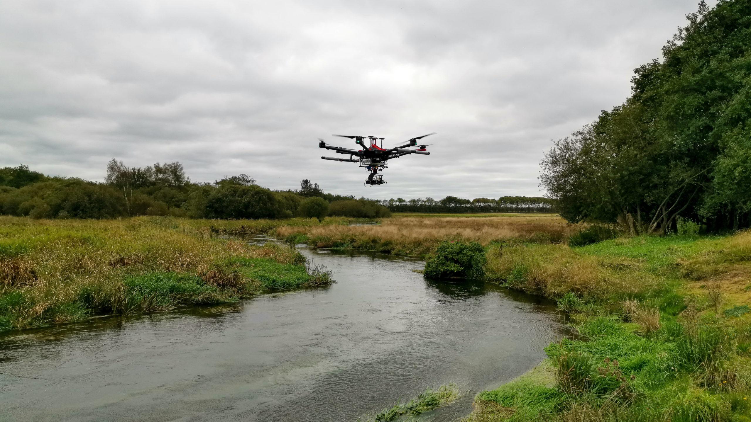 """19. maj 2021: Hvad kan droner bidrage med ved undersøgelse af jordforureningers påvirkning af overfladevand –  """"Gå hjem møde""""  –  On line"""